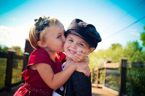 un-bambino-e-una-bambina-che-si-danno-un-bacio